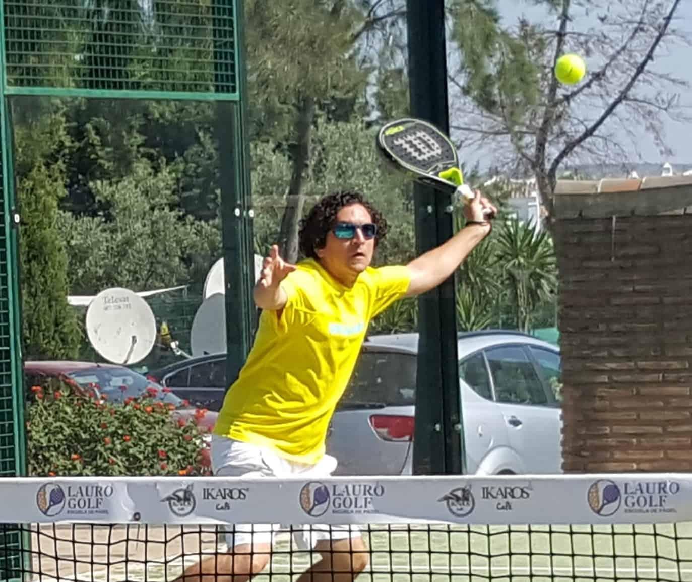 Ariel Saba jugando al pádel en Lauro Golf Resort