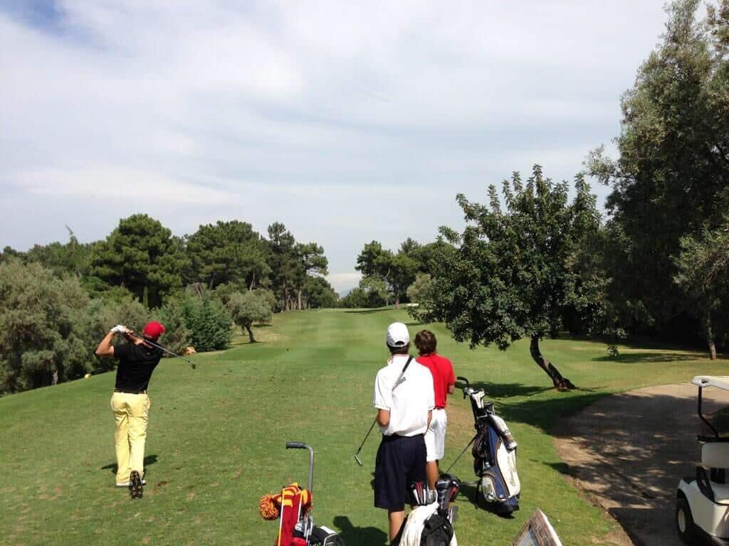 Jugadores golpeando la bola en el hoyo 11 de Lauro Golf Resort (Málaga)