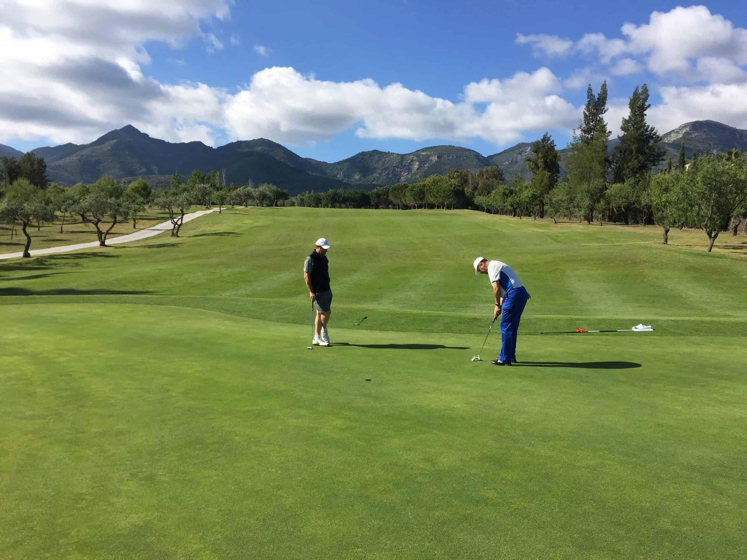 Jugadores pateando en el hoyo 6 de Lauro Golf Resort (Málaga)