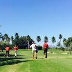 Jugadores de golf paseando por la calle del hoyo 2 en Lauro Golf Resort (Málaga)