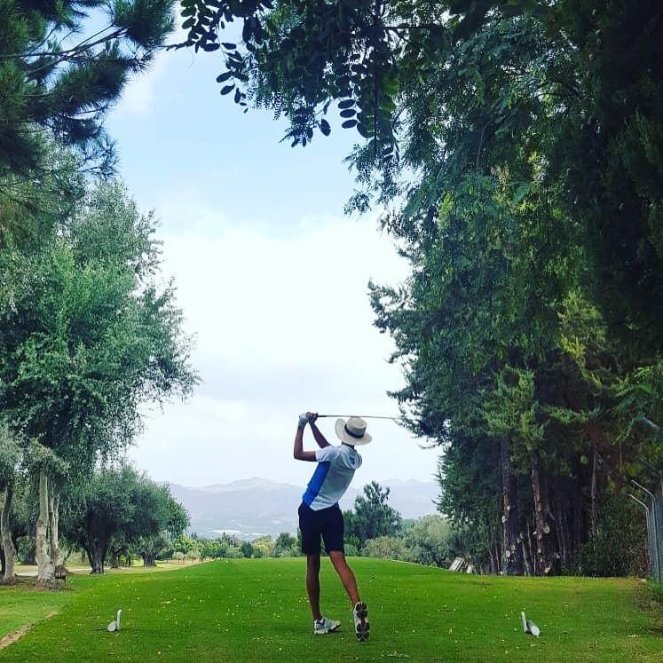 Jugador golpeando la bola en el hoyo 15 de Lauro Golf Resort (Málaga)